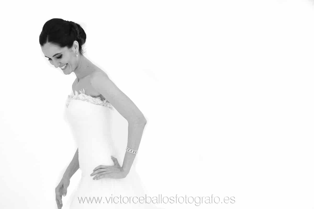 Víctor Ceballos fotógrafo de bodas en Sevilla sonriendo fondo blanco