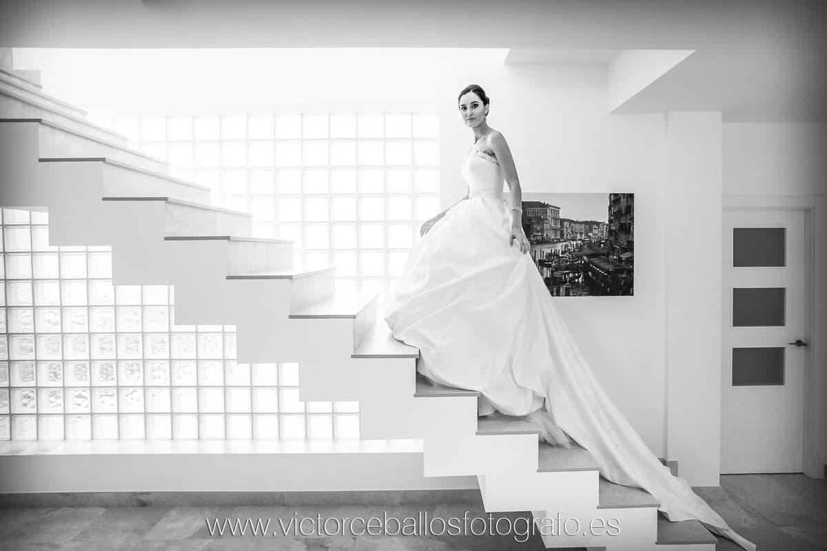 Víctor Ceballos fotógrafo de bodas en Sevilla Foto novia escalera casa