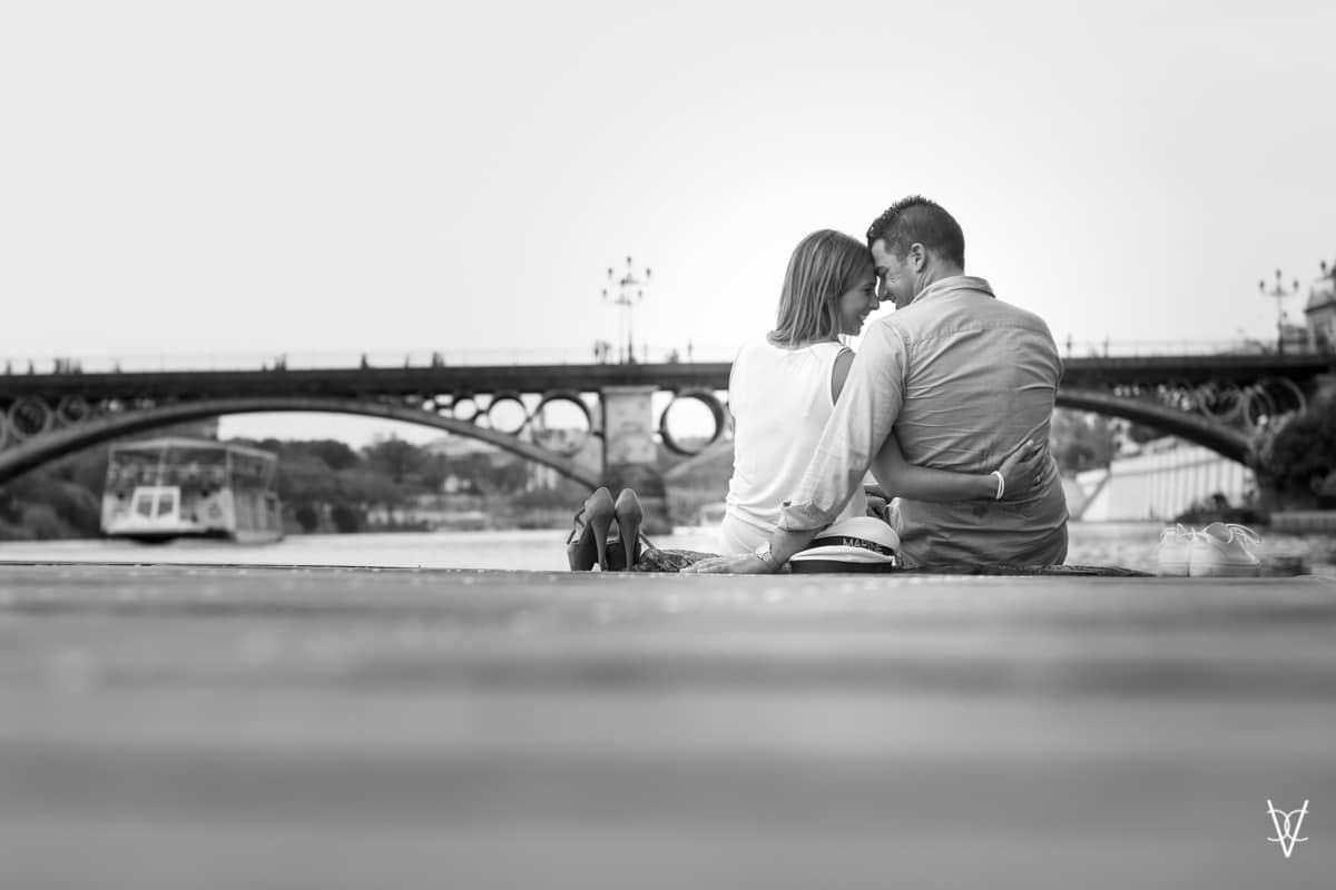 Fotos de preboda en Triana puente al fondo