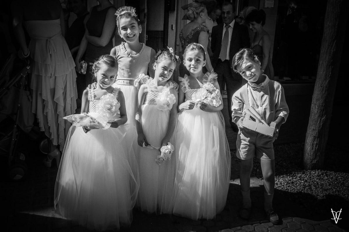 Imagen e niños y niños vestido de boda