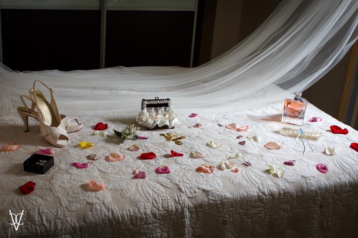 fotografía pétalos sobre cama