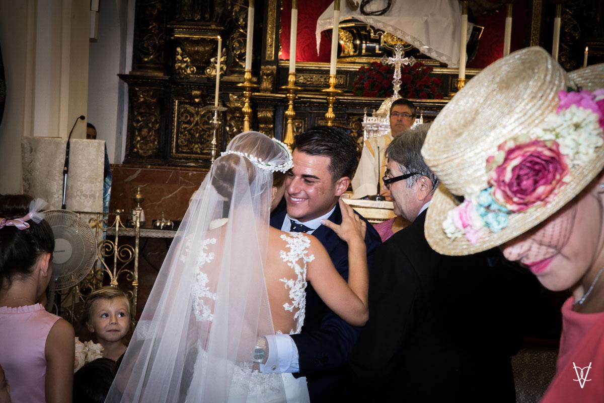 Foto del encuentro de pareja de novios en el altar de la capilla del Baratillo de Sevilla
