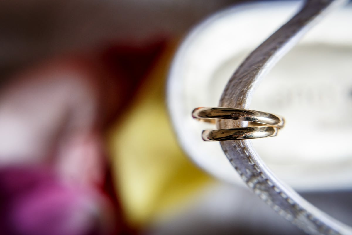 foto anillos sobre zapato