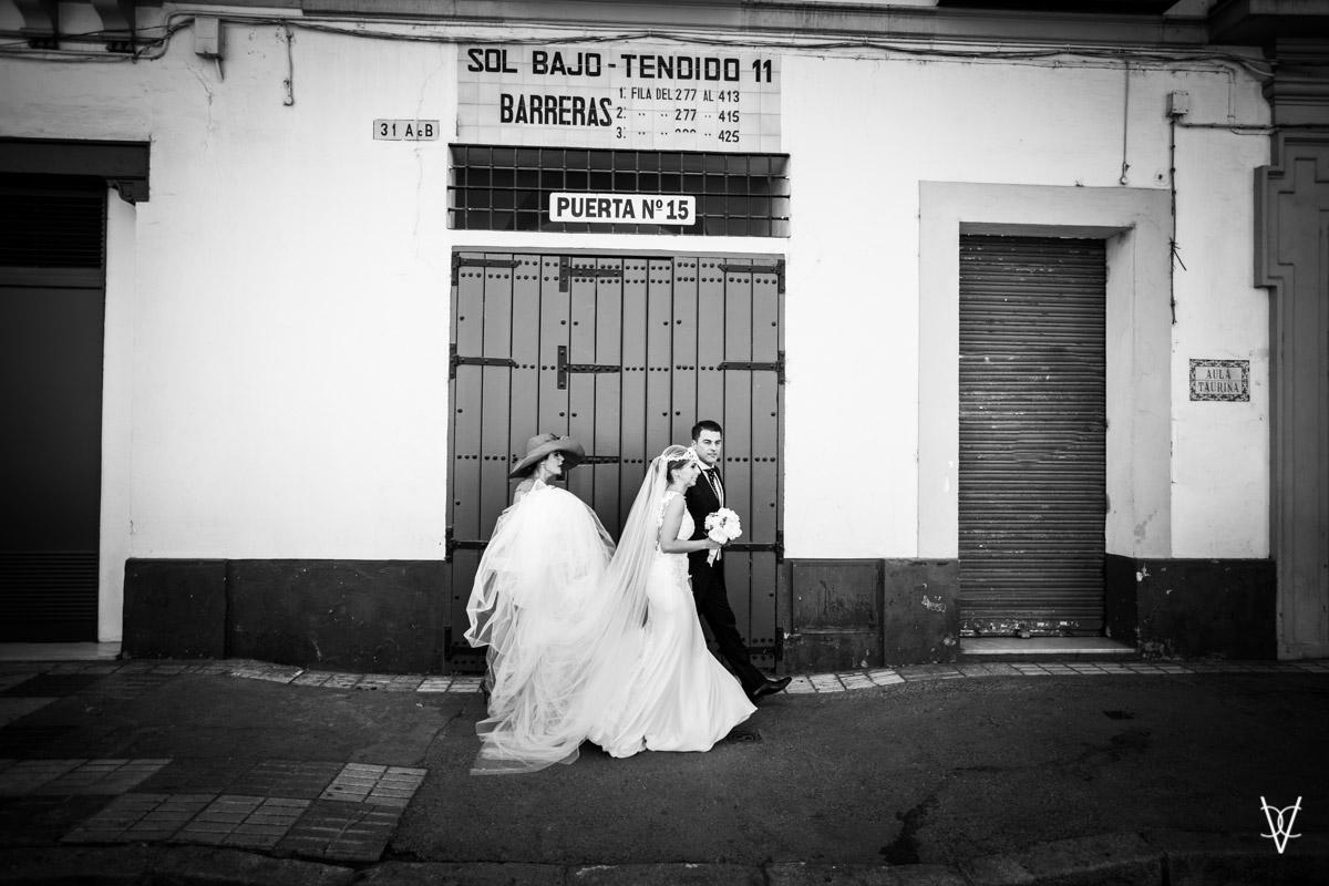Pareja de novios en puerta de la maestranza de Sevilla