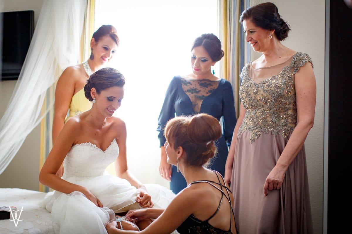 foto amigas poniendo liga novia
