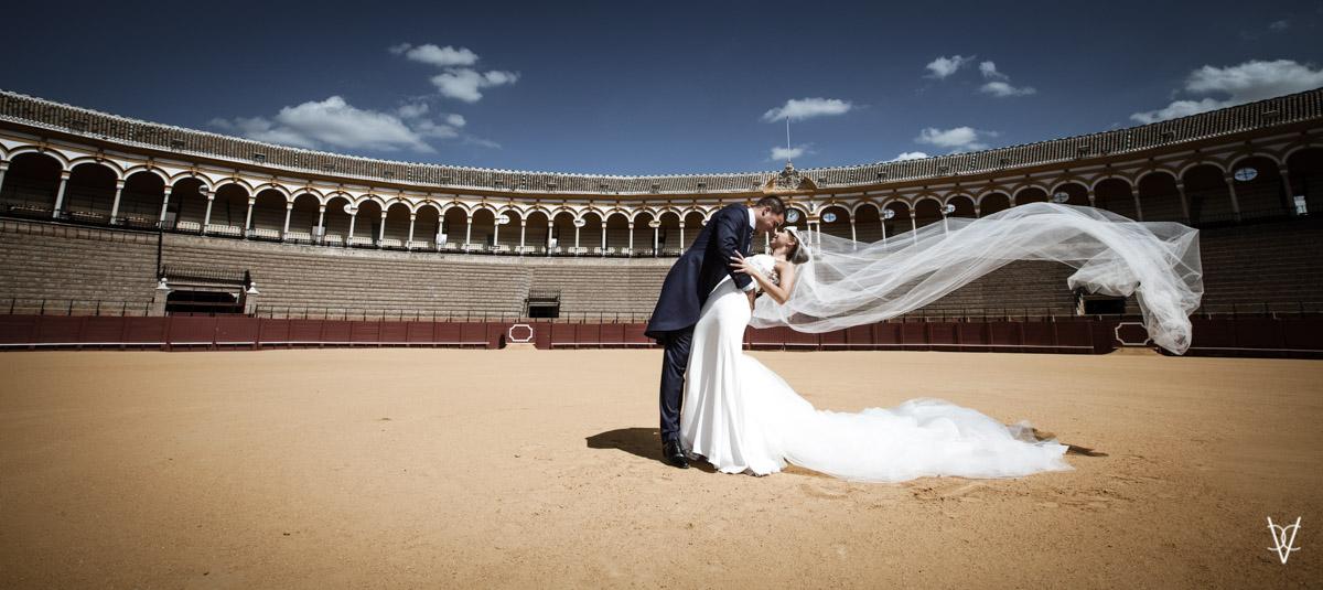 beso espectacular en boda en la Maestranza de Sevilla