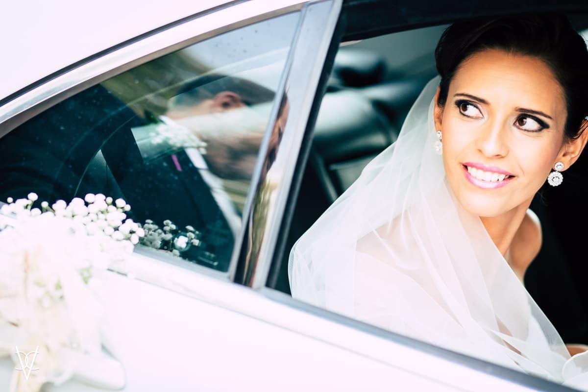 fotografía llegada de la novia en coche