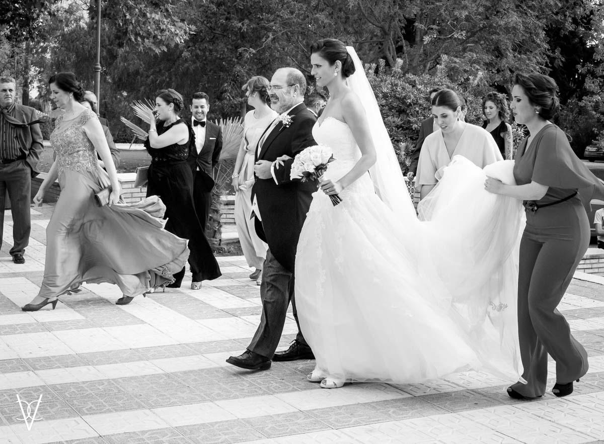 foto de novia del brazo del padrino