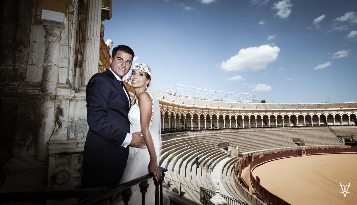 Foto de pareja de novios en boda en la Maestranza de Sevilla novios