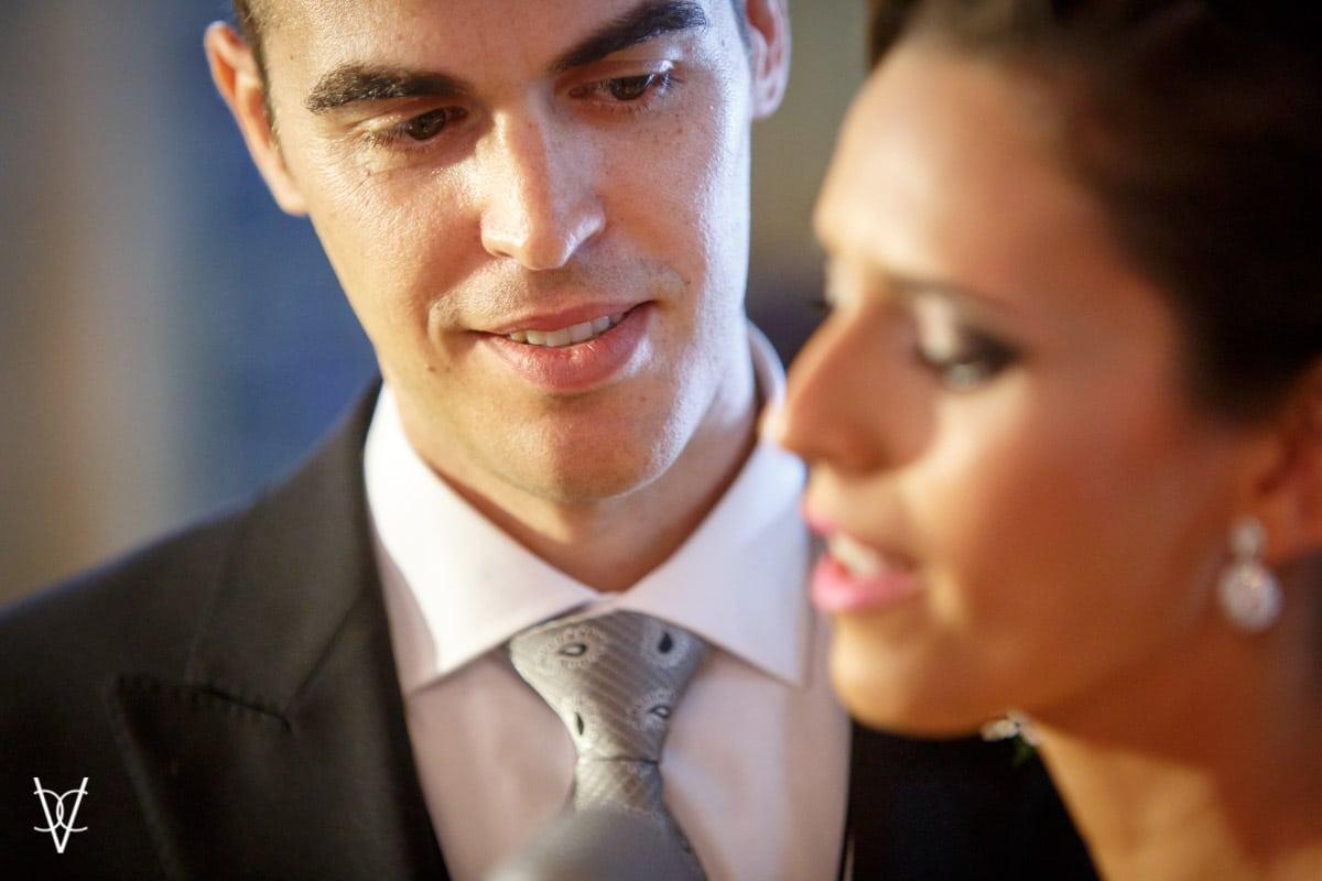 Novio embelesado con la novia
