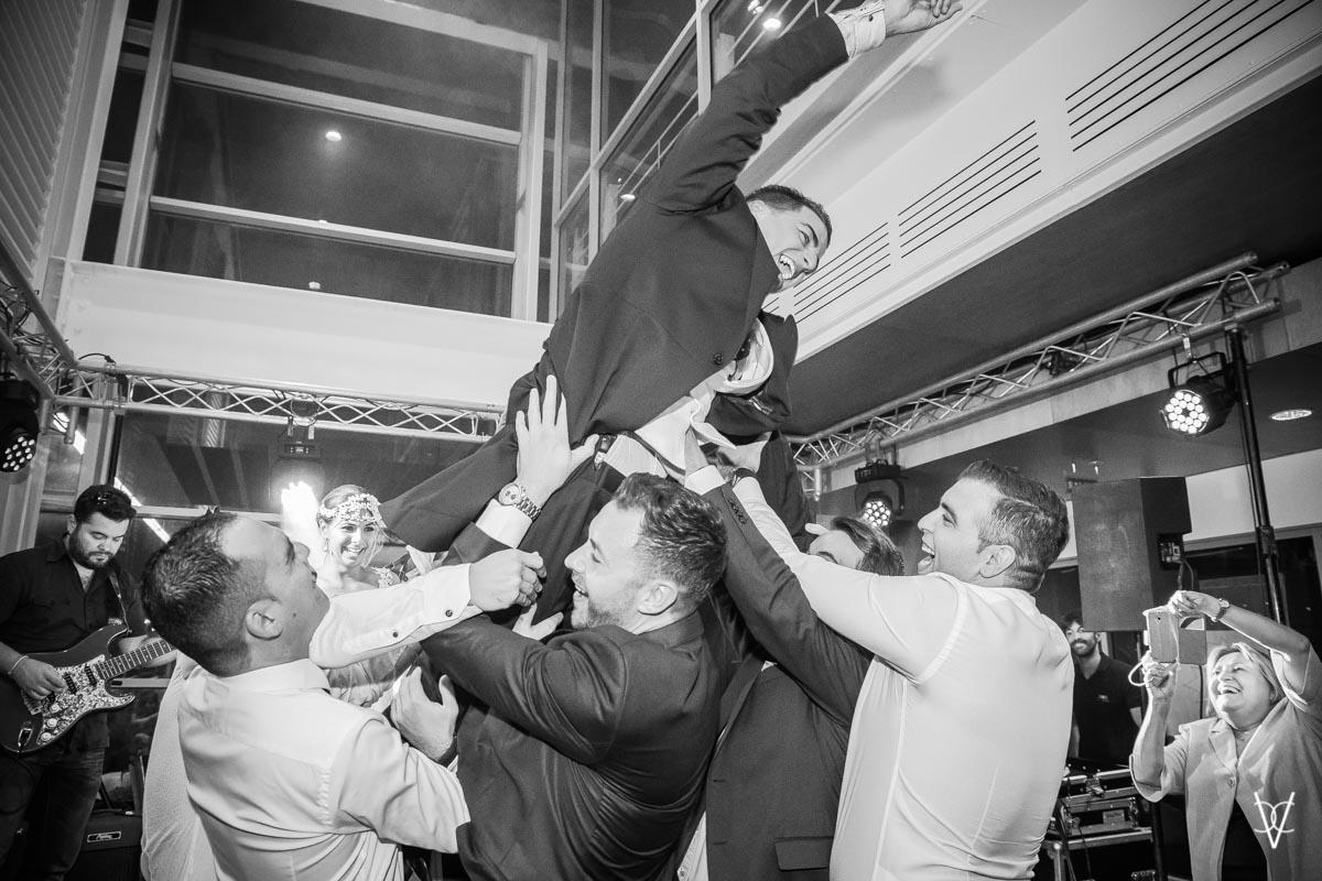 Foto alegría de novios fiesta en Sevilla