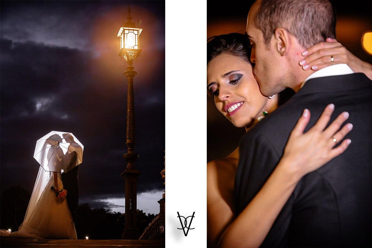 Fotografía posados con paraguas y beso de los novios