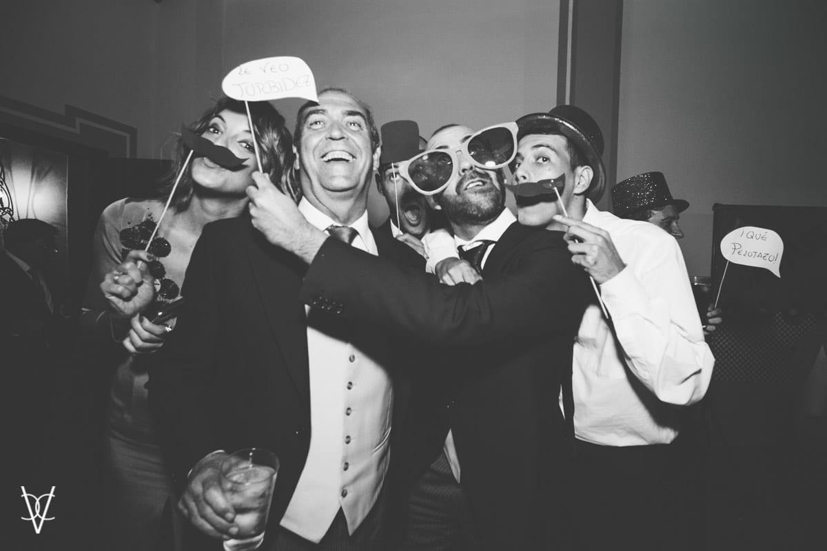 Fotos de invitados bromeando en la fiesta