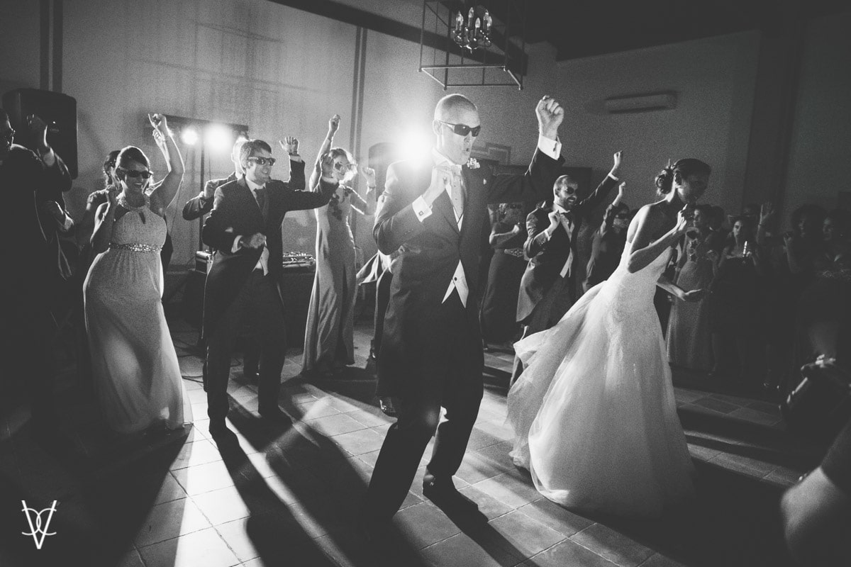 Coreografía de novios con invitados después del baile nupcial