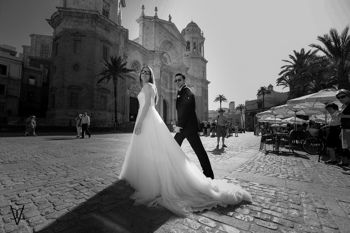 Fotos postboda en Cádiz Novios entre la gente con la Catedral al fondo