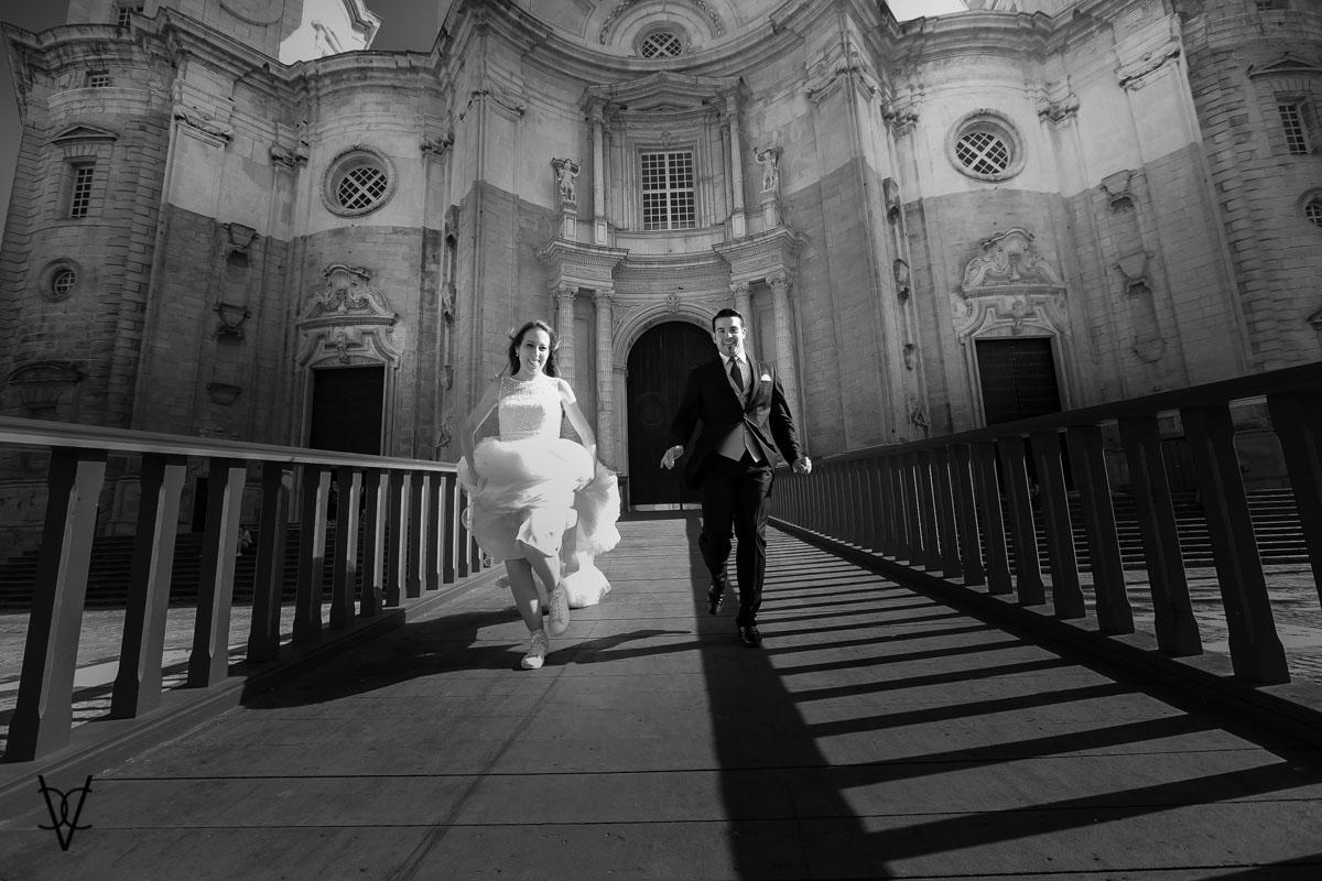imagen de los novios corriendo Catedrá de Cádiz