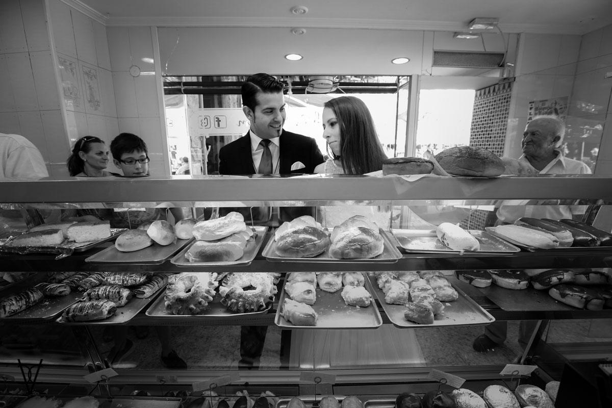 foto de novios en la pastelería