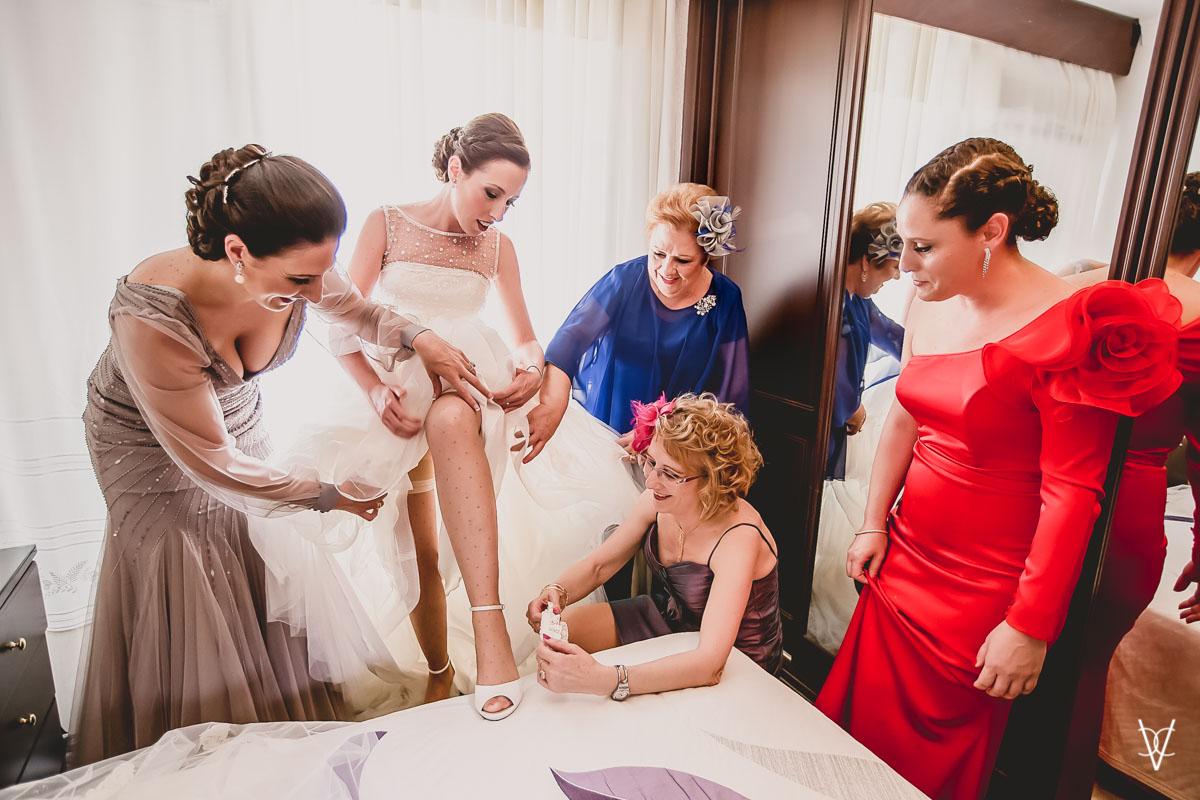 Fotos de boda en Sevilla vestido y zapatos novia
