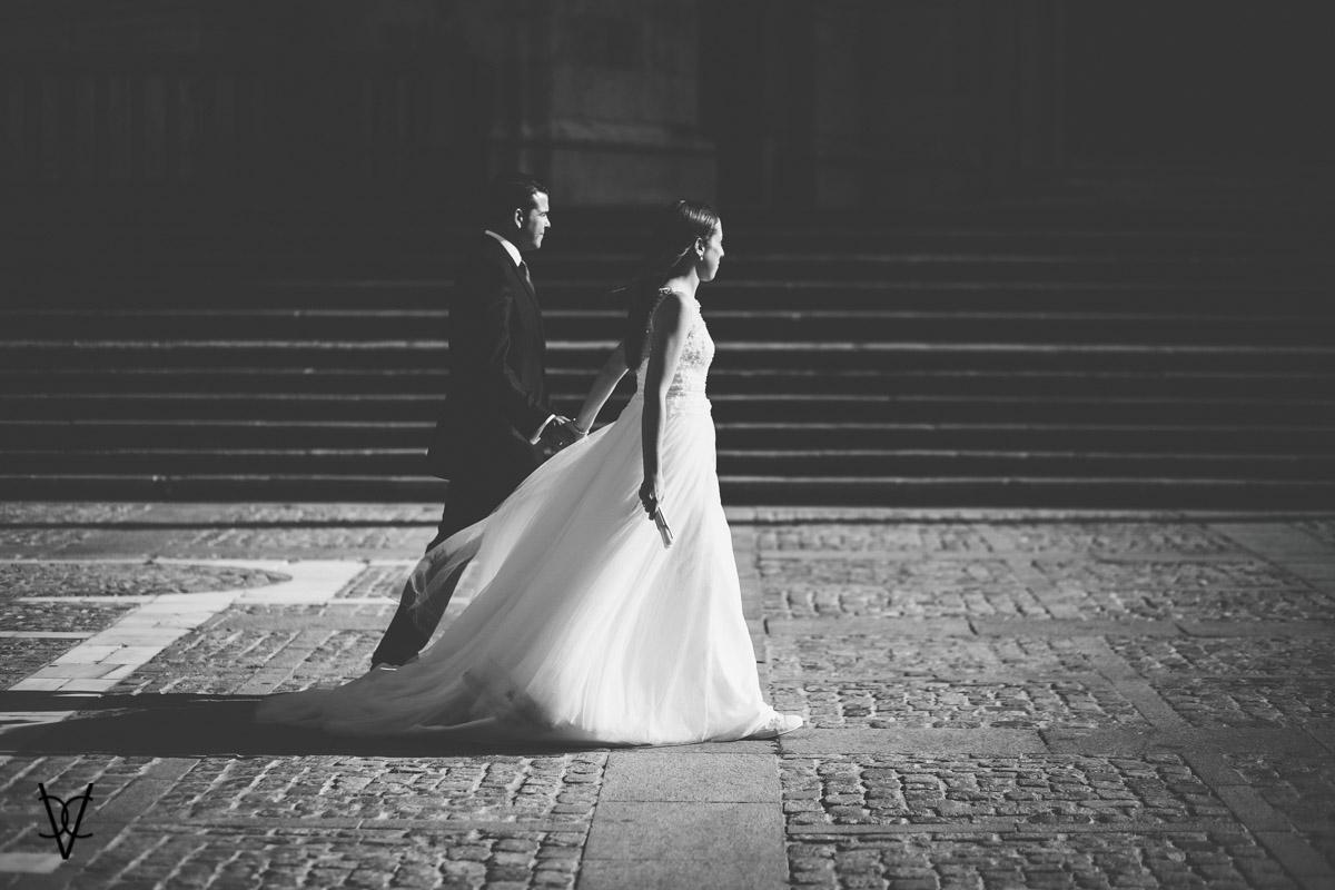Foto de pareja de novios caminando por la plaza de la Catedral de Cádiz