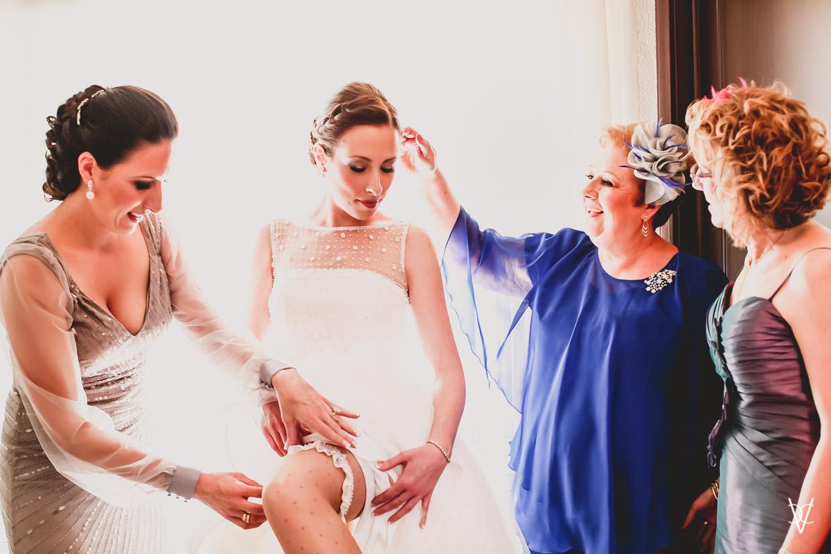 Fotos de boda en Sevilla vestido novia gesto cariño madre