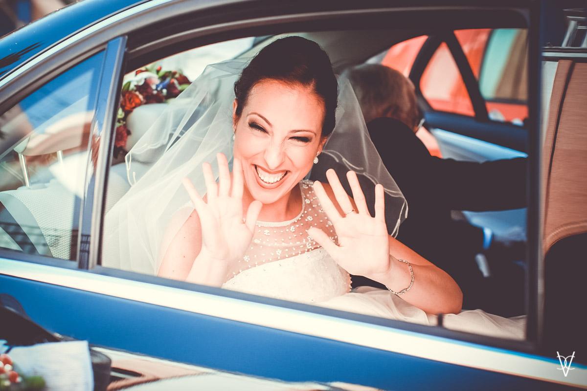 Fotos de boda en Sevilla llegada de novia feliz