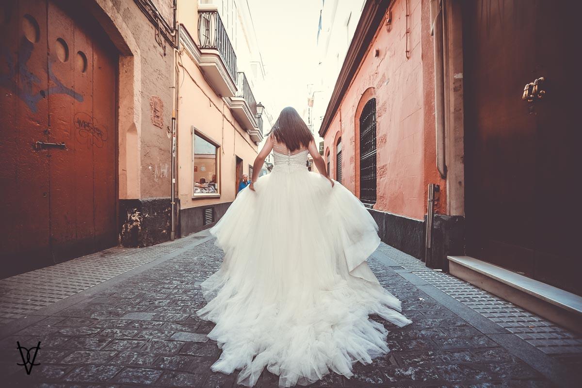 Fotos postboda en Cádiz vista de la cola del vestido