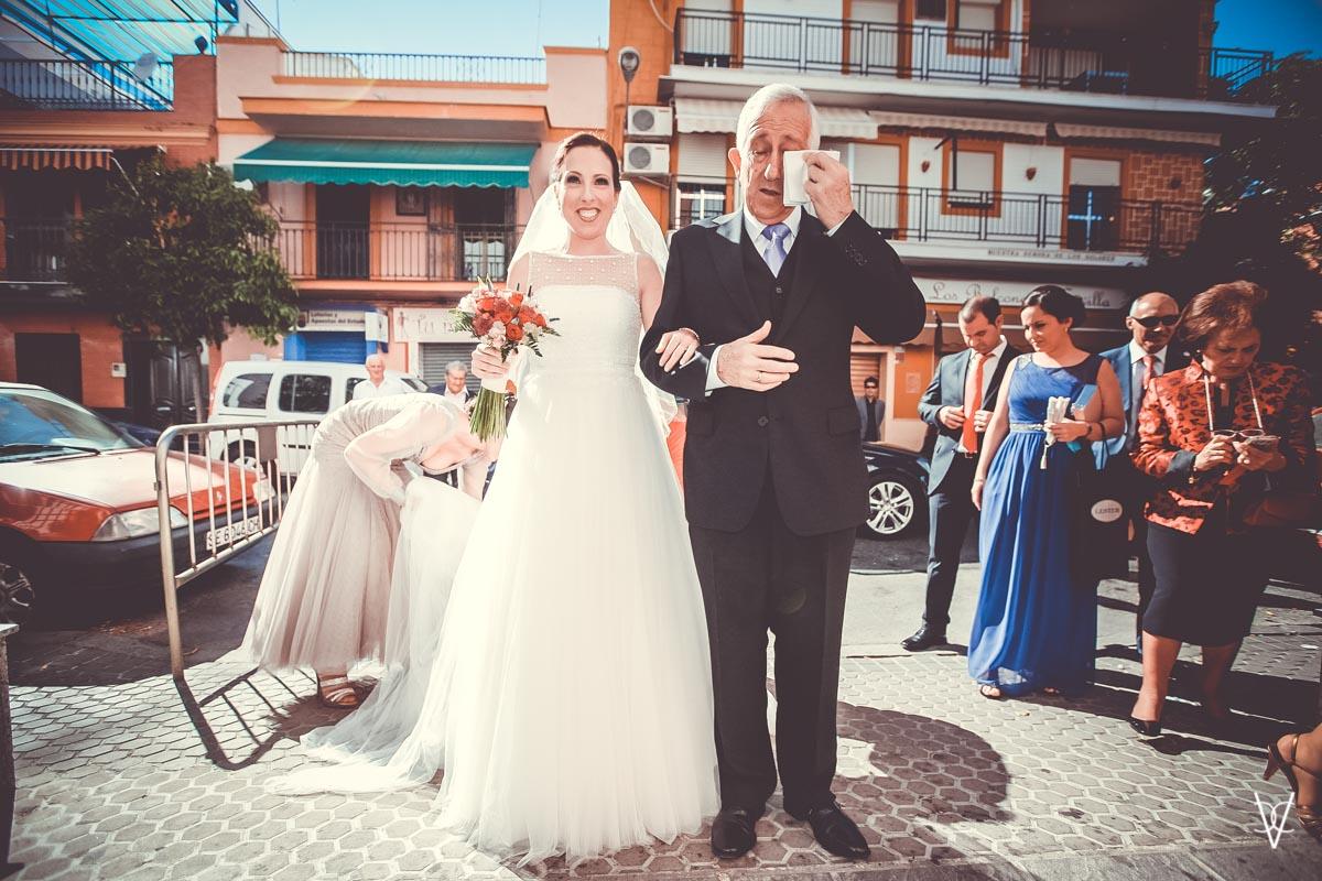 Fotos de boda en Sevilla emoción del padrino al llegar a la iglesia del Cerro