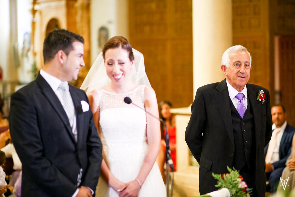 Foto novios sonriendo y mirada del padrino de boda