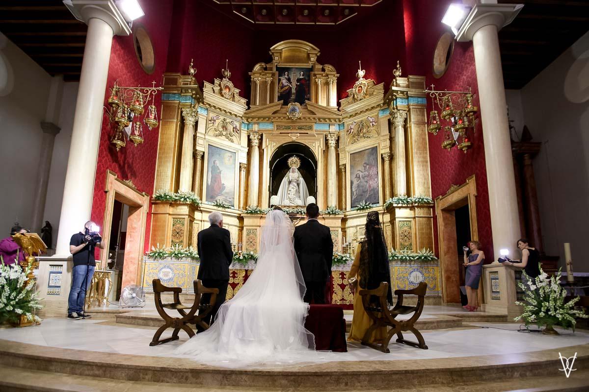 Fotos de boda en Sevilla foto altar con novios Cerro del Águila
