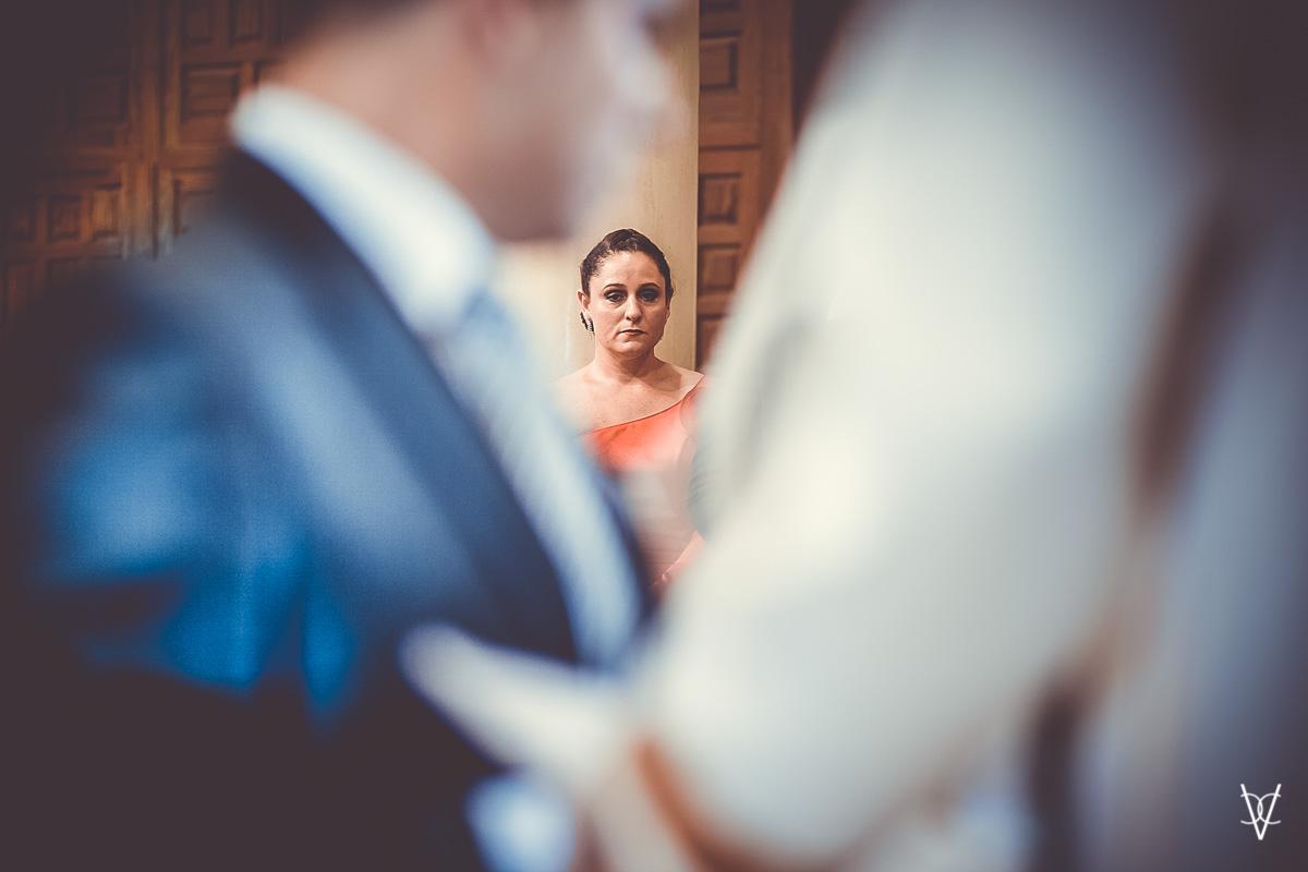 Fotos de boda en Sevilla testigo atenta a la ceremonia
