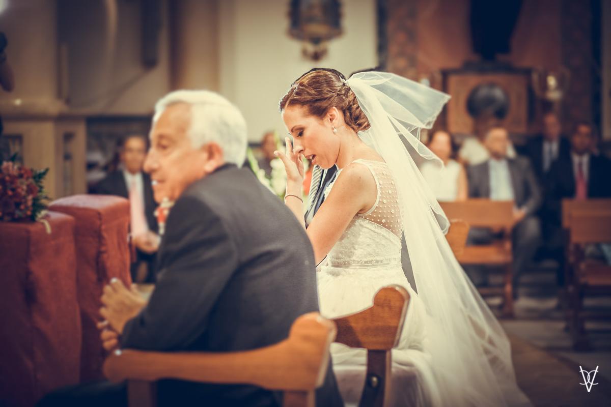 Fotografía de novia emocionada Iglesia del Cerro del Águila