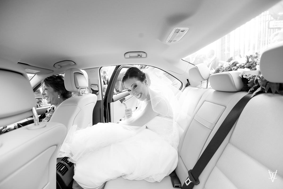 Fotos de boda en Sevilla Novia feliz entrando en el coche