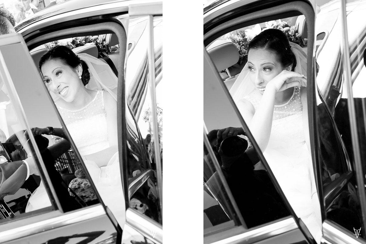 Fotos de boda en Sevilla novia emocionada en el coche