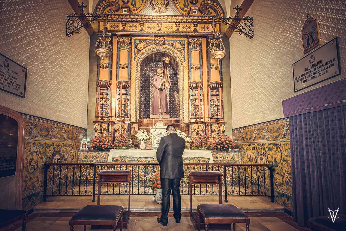 Fotos de boda en Sevilla oración del novio ante el Señor en la Iglesia de la O.