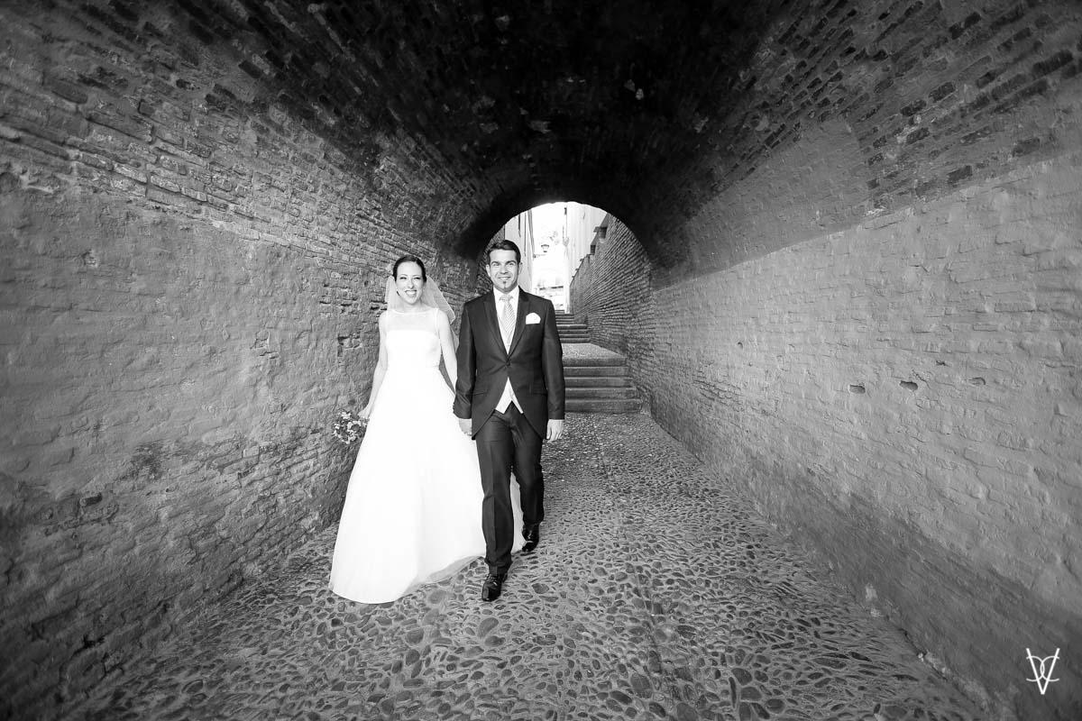 Fotos de boda en Sevilla novios por el callejón de la inquisición