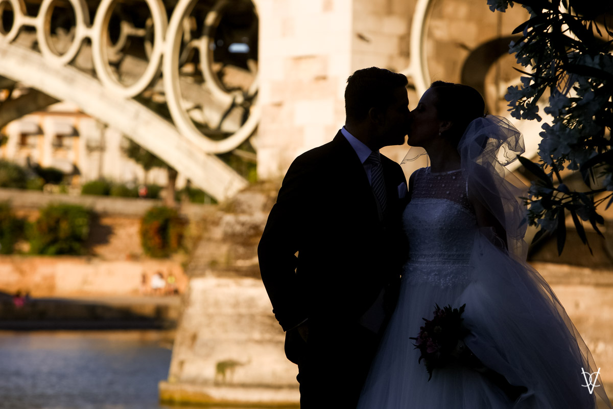Fotos de boda en Sevilla contraluz puente de Triana al fondo