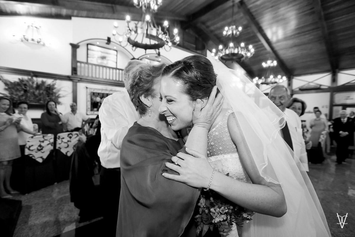 fotografía beso emocionado madre a la novia