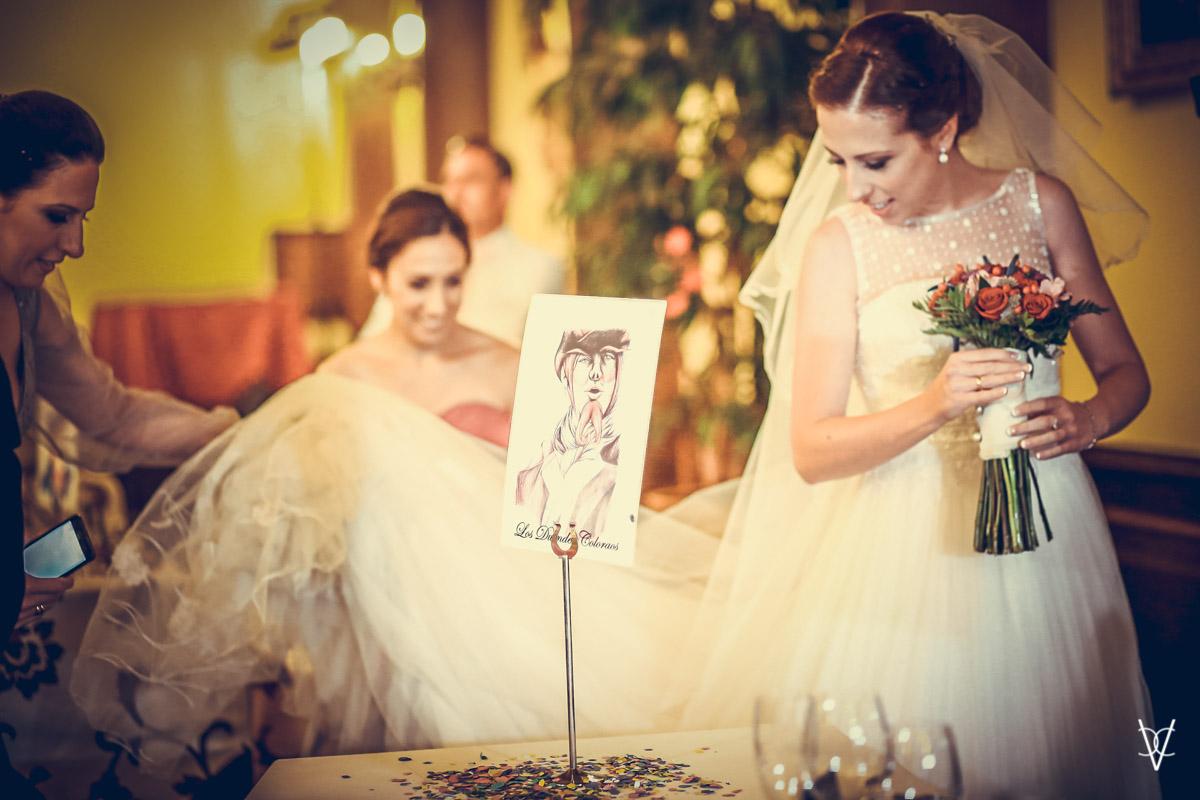 foto detalle mesero con novia al fondo con ramo en las manos