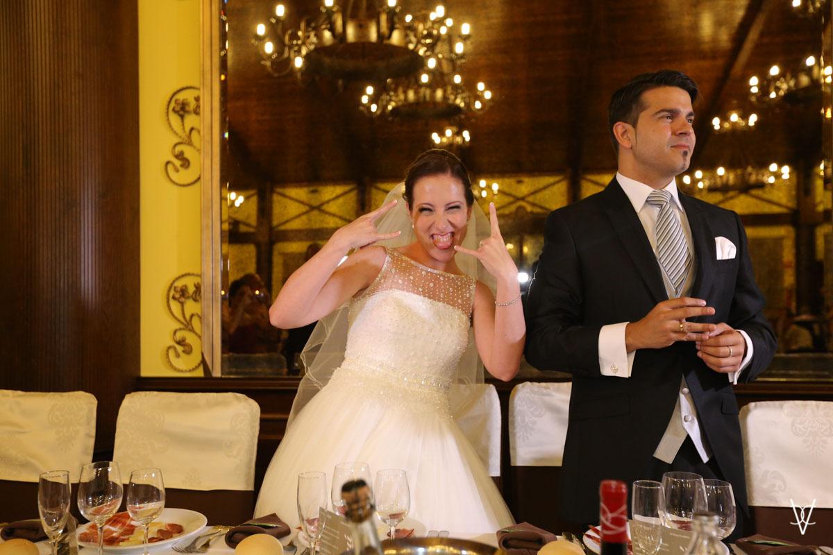Foto gesto rockera novia