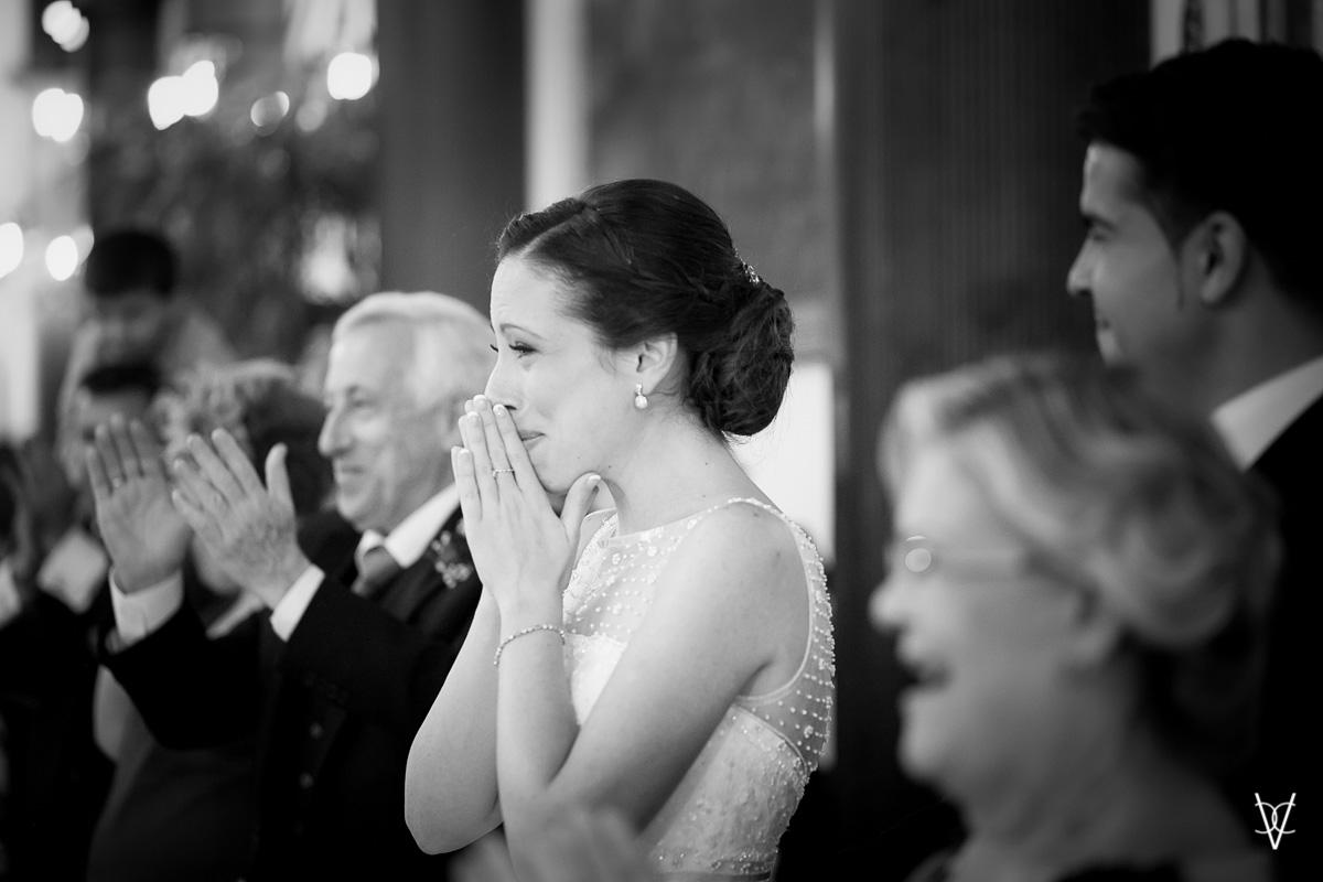 Fotos de boda en Sevilla novia emocionada con la comparsa