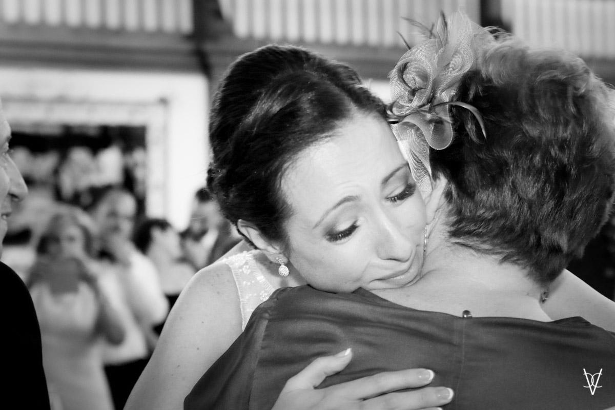 Fotos de boda en Sevilla abrazo emocionado madre y novia