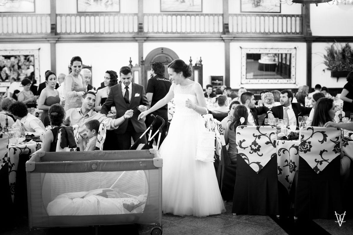 foto de novia y cuna de niño en el convite