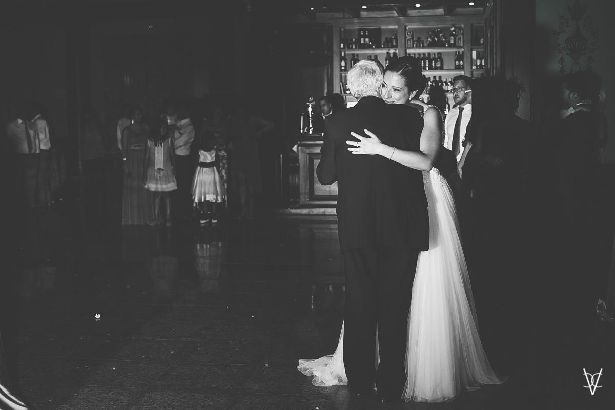 Fotos de boda en Sevilla novia baila con el padrino