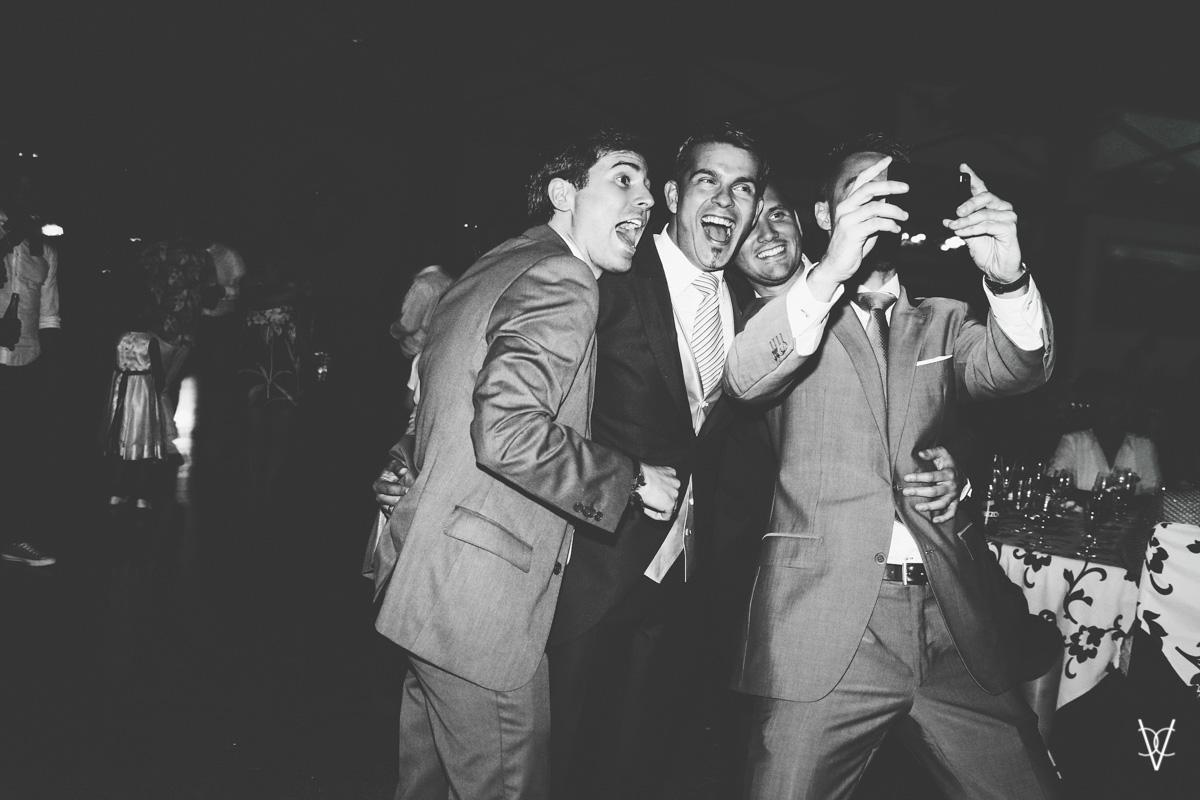 Selfie novio con amigos