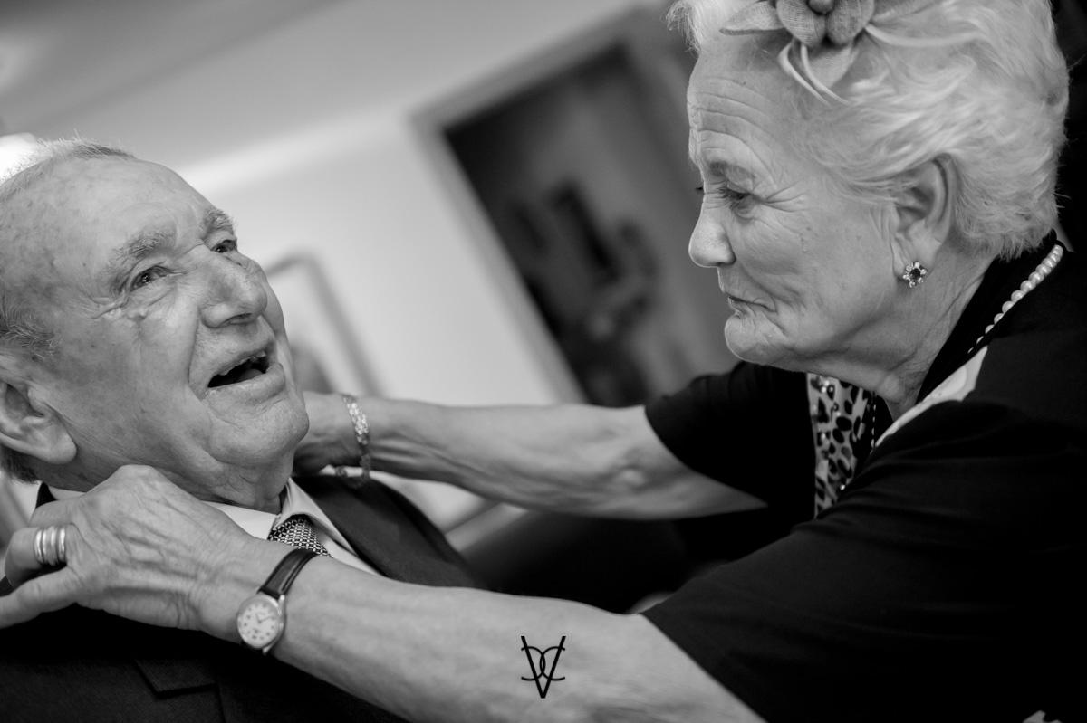 foto boda Hotel Alfonso XIII abuelo del novio se arregla emocionado