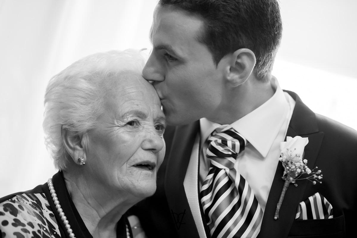 foto boda Hotel Alfonso XIII Sevilla precioso beso del novio a su abuela