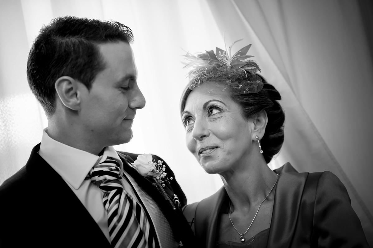 foto boda Hotel Alfonso XIII Sevilla instantánea del novio con su madre