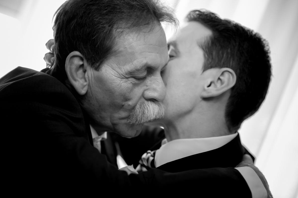 foto boda Hotel Alfonso XIII Sevilla abrazo lleno de emoción con su padre