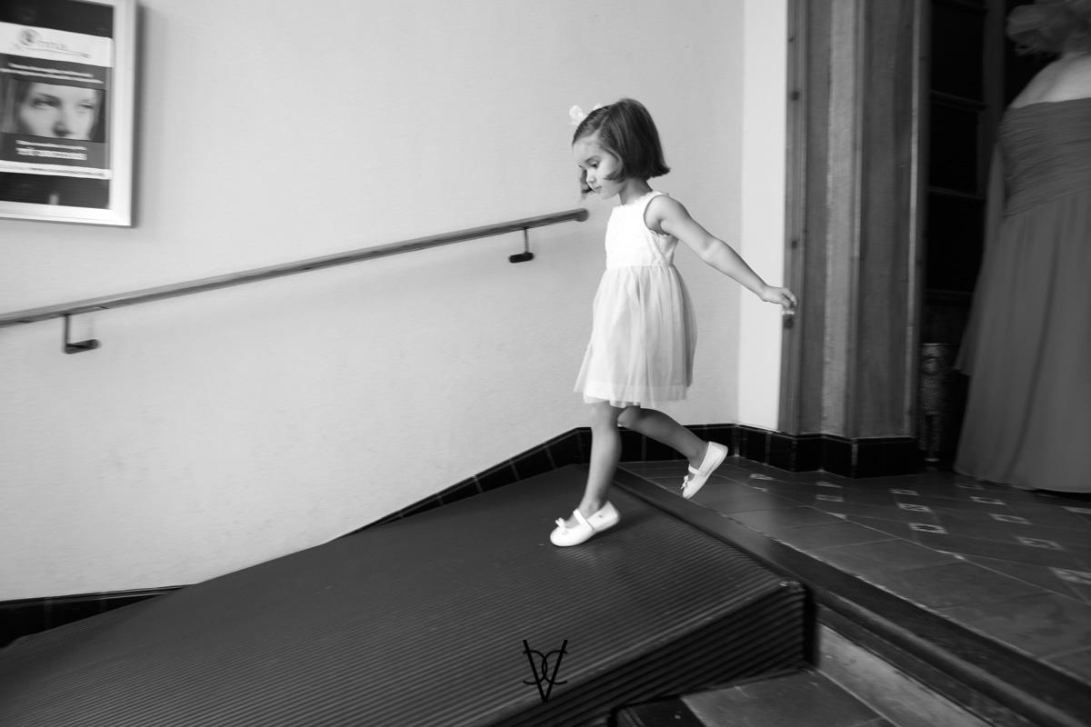 Fotografía de niña juega en la rampa de entrada a la iglesia Sevilla