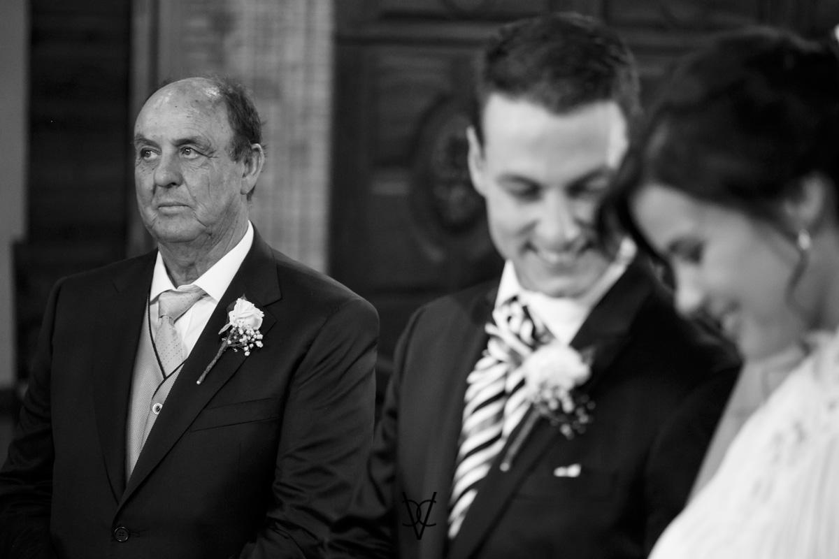 foto boda Hotel Alfonso XIII Sevilla durante la ceremonia novios sonrien y padrino pensativo